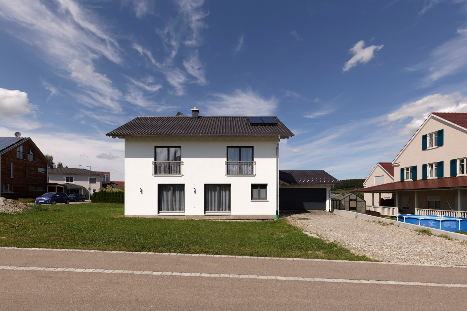 Holzhaus mit weiß verputzten Wänden