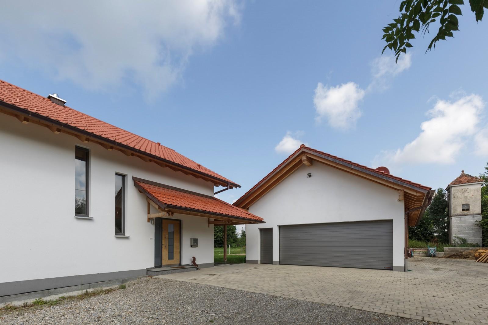 Haus aus Holz mit Garage