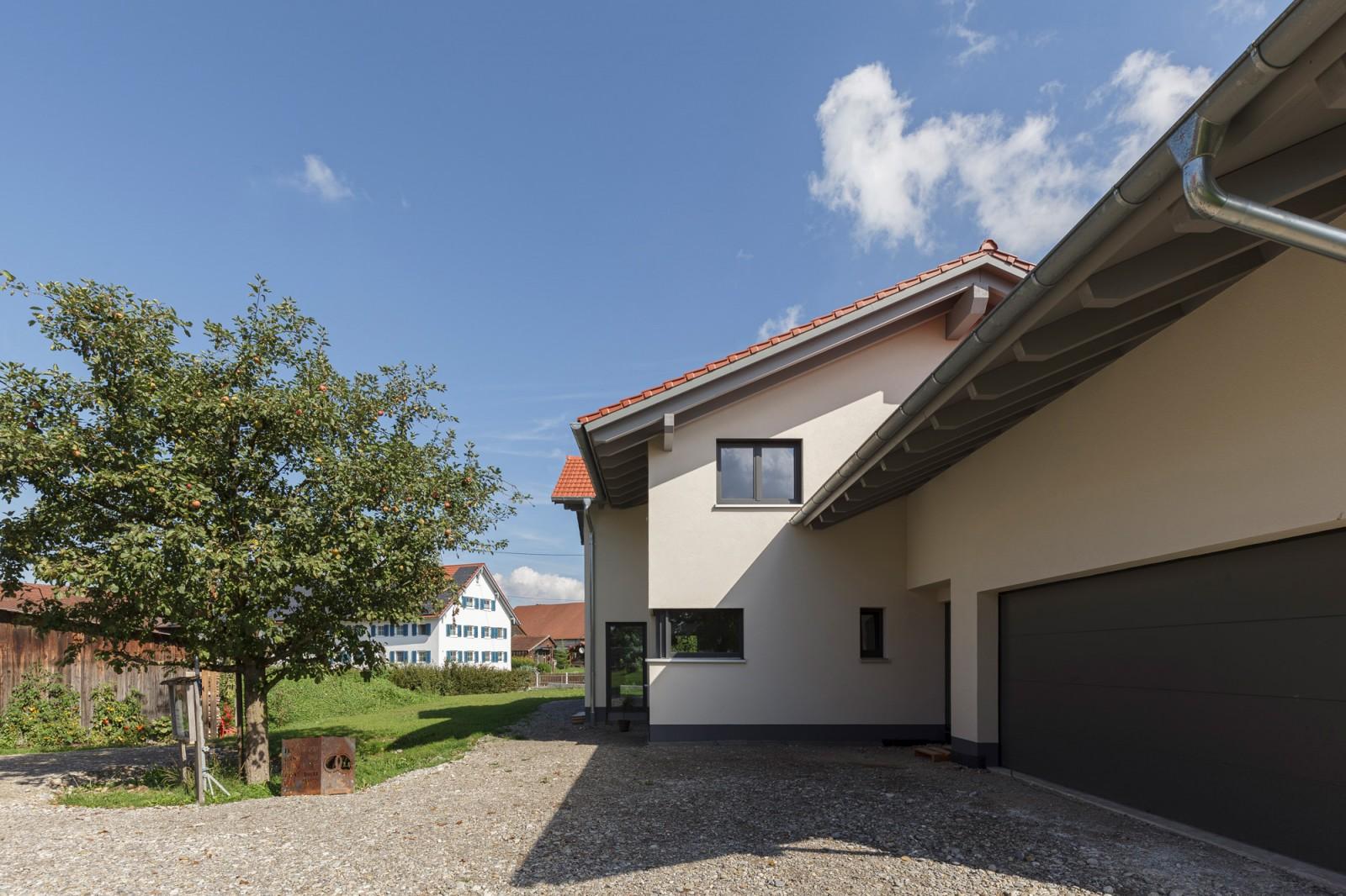Einfamilienhaus aus Holz mit Garage